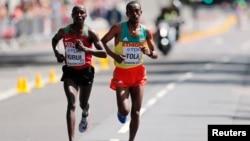 Le marathonien Geoffrey Kipkorir Kirui, au coude à coude avec l'éthiopien Tamirat Tola, à Londres, le 6 août 2017.