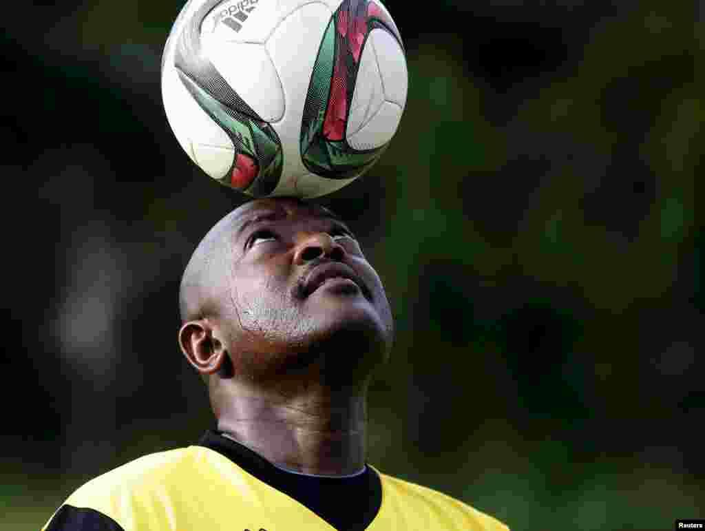 Presidente do Burundi, Pierre Nkurunziza,tem o futebol como o seu desporto favorito e nem mesmo o clima de tensão o impede de participar no jogo com os seus amigos. Bujumbura, 20 Maio, 2015