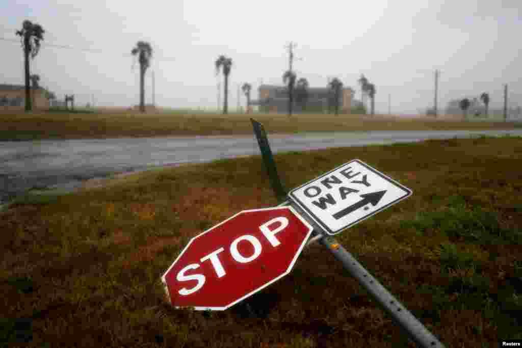 طوفانی ہواؤں کے نتیجے میں سڑک کے کنارے لگا ایک سائن بورڈ گر گیا ہے