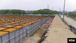 Tanki-tanki penyimpanan sementara yang digunakan untuk menampung air radioaktif dari reaktor-reaktor PLTN Fukushima.