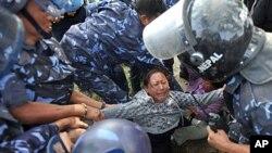 星期二尼泊爾警察在加德滿都制止流亡藏人的集會