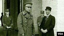 فروغی (راست) در کنار رضا شاه پهلوی.