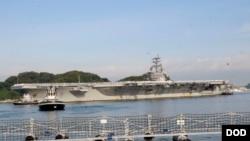 """美國海軍在一份聲明中說,尼米茲號和里根號正在南中國海進行軍事行動和軍演,以""""支持自由和開放的印度太平洋""""。圖為裡根號航母抵達日本橫須賀港展開常駐使命。(美國海軍2015年10月1日資料照)"""