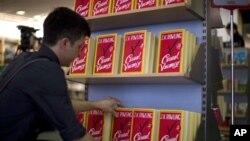 """Pegawai toko buku di London membenahi novel terbaru J.K. Rowling """"The Casual Vacancy"""". (AP/Matt Dunham)"""