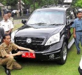 Para pejabat pemerintah kota Solo mengganti mobil dinas dengan mobil buatan para siswa SMK di Solo. Walikota Solo, Joko Widodo berpose di depan mobil barunya (2/1).