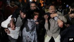 Assistance aux blessés après l'attentat de Lahore, Pakistan, le 13 février 2017.