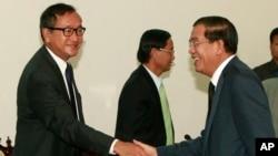 柬埔寨首相洪森(左)和反對黨領袖桑蘭西(右)9月17日在舉行議會會談之前握手。