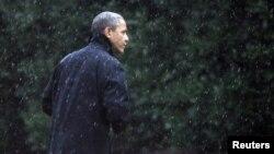 Tổng thống Obama đi bộ tới Phòng Bầu Dục của Tòa Bạch Ốc trong trời mưa hôm thứ hai 29/10/2012.