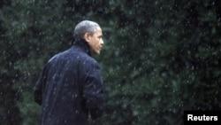 美國總統奧巴馬星期一走向白宮橢圓形辦公室。奧巴馬取消在佛羅里達州和威斯康星州的競選活動。