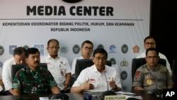 Menteri Koordinator Bidang Politik, Hukum, dan Keamanan Wiranto (tengah) didampingi Kapolri Jenderal Tito Karnavian (kanan depan) dan Pangima TNI Marsekal TNI Dr. (H.C.) Hadi Tjahjanto (kiri) dalam pertemuan dengan media di Jakarta, 24 September 2019.