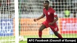 مهاجم قطری در رقابت فوتبال با تیم عربستان سعودی