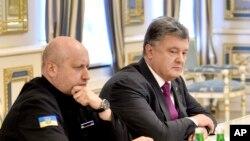 烏克蘭總統波羅申科(右) 2016年8月11日主持國家安全會議