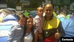 Esta es la última foto de Gerardo Carrero con su familia, antes de ser detenido tras el asalto al campamento en el que protestaba contra Maduro.