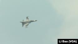 经国号特技飞行员刘世博做空中表演(美国之音黎堡摄)