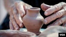 En la feria también hay muestras artesanales de talladores de tagua, arrieros, alfareros, percusión, músicos, entre otras muestras.