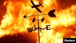 Una veleta en medio de un incendio en el Valle de San Fernando, al norte de Los Angeles.