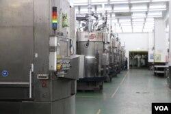 绿能科技股份有限公司的工厂内(美国之音易林拍摄)