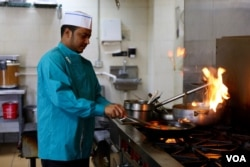 Abdur Rouf, a Bangladeshi immigrant, works as a chef at Aladdin Sweets & Cafe, in Hamtramck, Michigan. (A. Barros/VOA)