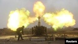 Сили народної мобілізації обстрілюють позиції бойовиків «Ісламської держави» під час битви біля аль-Бааджа