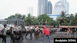 Simulasi penanganan aksi unjuk rasa dalam pengamanan Pemilu di Polda Metro Jaya, Rabu, 10 Juni 2015 (Foto: VOA/Andylala)