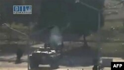 Hình ảnh trên trang web của Mạng lưới Tin tức Shaam cho thấy xe tăng của lực lượng Syria trên các đường phố ở thành phố Hama, ngày 3/8/2011