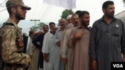 Warga di daerah Kashmir yang dikuasai Pakistan mengantre untuk memberikan suara dalam pemilihan umum. (VOA/R. Mughal)