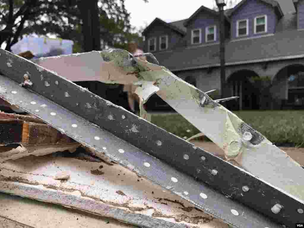 Restos de partes de una vivienda descansan en la vereda, al iniciar los propietarios el proceso de reconstrucción tras las inundaciones de la tormenta tropical Harvey, en Houston, Texas.