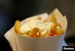 Kentang goreng dari fritkot Maison Antoine di Brussels, Belgia. Di Belgia, kentang goreng disajikan dengan mayonais, bukan saos tomat.