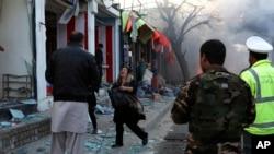 2017年3月13日星期一,阿富汗喀布尔发生自杀炸弹袭击事件之后,一个女子在叫喊。阿富汗内政部发言人说,袭击者的目标是一辆运载雇员的面包车。