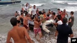 意大利海岸警卫帮助偷渡者下船上岸