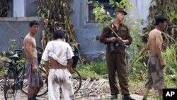 국경지대 마을을 순찰하는 북한 병사 (자료사진)
