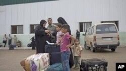 一個巴勒斯坦家庭星期六等候通過拉法過境點到埃及