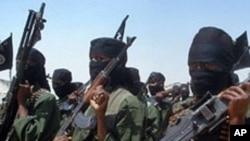 Des combattants islamistes fidèles à al-Qaïda en Somalie, qui ont inspiré le groupe al-Shebab, effectuent des exercices militaires dans un village de la région de Lower Shabelle, à environ 25 kilomètres à l'extérieur de Mogadiscio (février 2011)