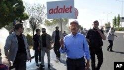Tokoh utama oposisi Turki, Kemal Kilicdaroglu, melakukan jalan kaki untuk Keadilan dari Ankara, Jumat (16/6).
