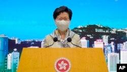 Trưởng đặc khu hành chánh Hong Kong Carrie Lam lắng nghe câu hỏi của các phóng viên tại một cuộc họp báo ở Hong Kong hôm thứ Ba 30/6/2020. (AP Photo/Vincent Yu)