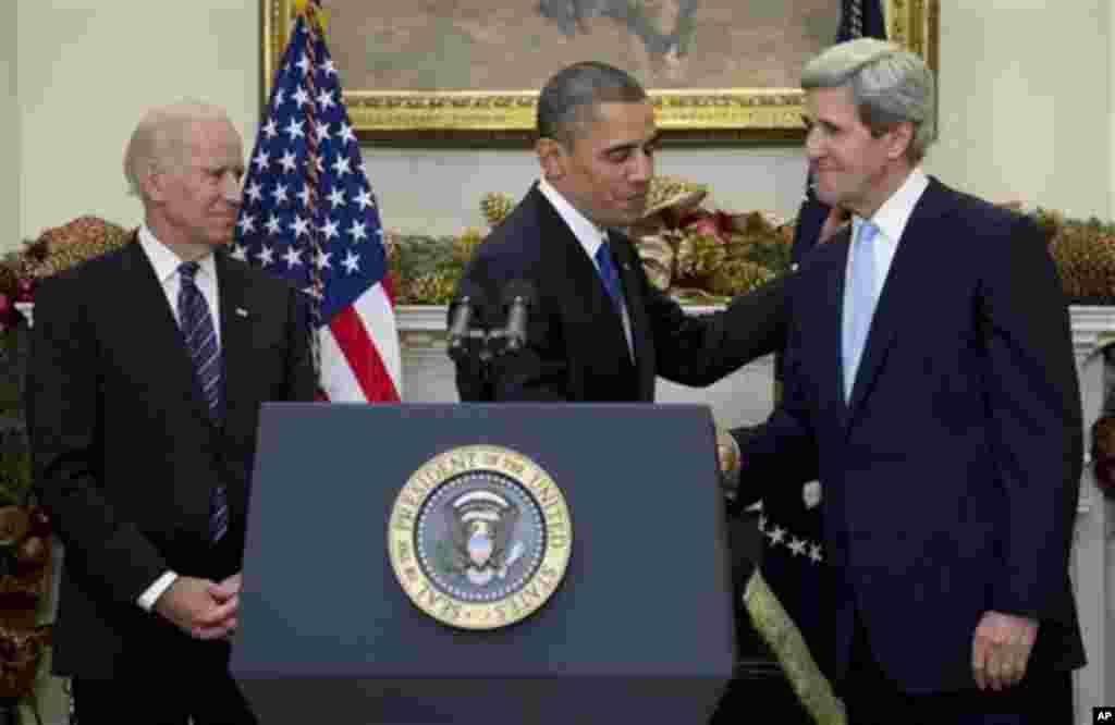 2012年12月21日,奧巴馬總統在白宮羅斯福室和克里參議員握手,拜登副總統在旁觀看。奧巴馬提名克里為下任國務卿。