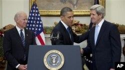 Predsednik Obama rukuje se sa Džonom Kerijem pošto ga je imenovao za novog američkog Državnog sekretara