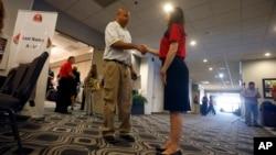 Salah satu perusahaan AS menyelenggarakan bursa kerja di Phoenix, Arizona bulan Agustus lalu dan berencana merekrut 600 pekerja baru dalam 6 bulan mendatang (foto: dok).