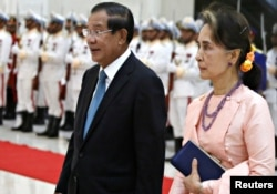 FILE - Myanmar's State Counsellor Aung San Suu Kyi is welcomed by Cambodia's Prime Minister Hun Sen at the Peace Palace in Phnom Penh, Cambodia, on April 30, 2019. (REUTERS/Samrang Pring)
