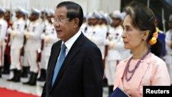 រូបឯកសារ៖ លោកនាយករដ្ឋមន្ត្រី ហ៊ុន សែន និងមេដឹកនាំប្រទេសមីយ៉ាន់ម៉ាលោកស្រី Aung San Suu Kyi ក្នុងជំនួបទ្វេភាគីមួយនៅវិមានសន្តិភាព ក្នុងរាជធានីភ្នំពេញ កាលពីថ្ងៃទី៣០ ខែមេសា ឆ្នាំ២០១៩។