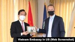 Đại sứ Việt Nam tại Mỹ Hà Kim Ngọc và CEO của Cơ quan Tài chính Phát triển Quốc tế Mỹ (DFC) Adam Boehler tại trụ sở Đại sứ quán Việt Nam ở Washington DC hôm 2/6. (Ảnh chụp màn hình ĐSQ Việt Nam tại Mỹ)