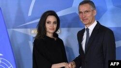 Le Secrétaire général de l'OTAN Jens Stoltenberg et Angelina Jolie au siège de l'OTAN à Bruxelles, 31 janvier 2018.