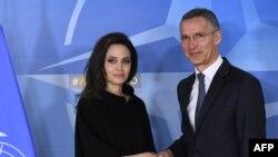 El Secretario General de la OTAN Jens Stoltenberg da la bienvenida a la actriz y Enviada Especial de la ONU para los Refugiados, Angelina Jolie. Bruselas, Bélgica. Enero 31, 2018.