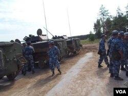 俄罗斯仍把中国视为威胁。去年来俄罗斯参加军事比赛的中国军人和战车 (美国之音白桦)