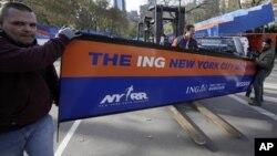 工作人員為週日舉行的紐約馬拉松賽進行準備工作