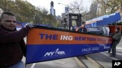 Para petugas sedang mempersiapkan garis finish untuk lomba lari marathon di Central Park, New York (1/11). Meskipun kota ini belum pulih sepenuhnya pasca badai Sandy, walikota Bloomberg berjanji akan tetap menggelar lari marathon tahunan Minggu ini.