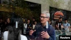苹果公司首席执行官蒂姆·库克于2018年10月9日访问上海一家苹果商店。