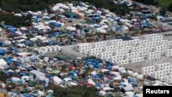 """Une vue aérienne sur un camp de Calais, plus communément appelé la """"Jungle"""", France, le 14 août 2016."""