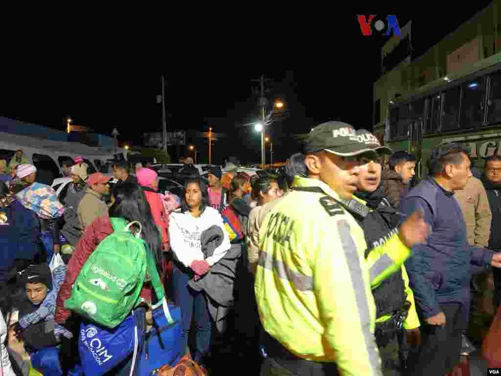 Los buses partieron desde el punto de control migratorio en la frontera entre Colombia y Ecuador. (Foto: Celia Mendoza - VOA)