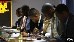 FILE: Baqhuba umsebenzi eZimbabwe Stock Exchange.